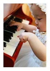 Baby am Klavier