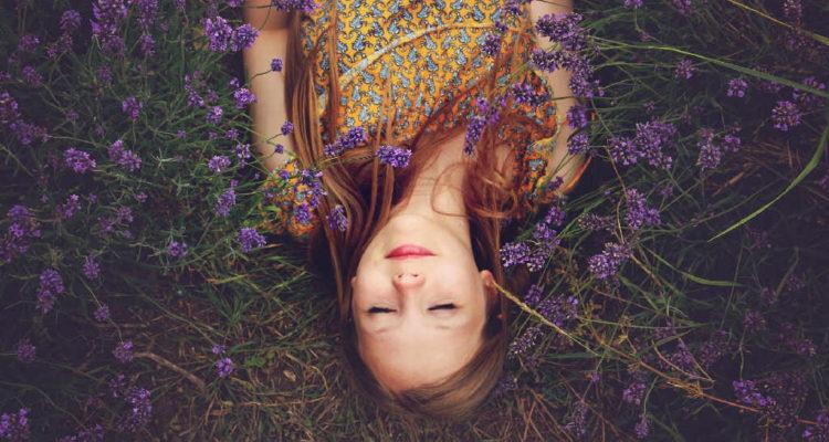 Frau inmitten von Lavendel
