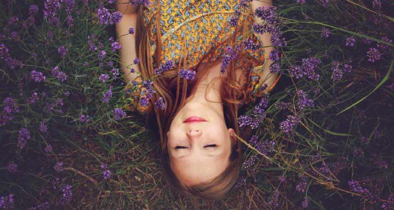 Junge Frau inmitten von Lavendel