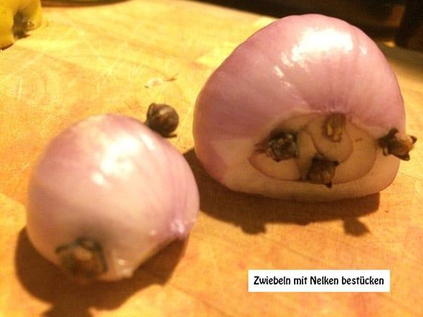 Zwiebeln mit Nelken bestücken