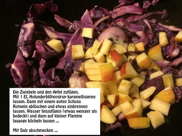 Zwiebel und Apfel hinzufügen, 1 EL Holunderblütensirup karamellisieren, mit Rotwein ablöschen, schmorren, mit Salz abschmecken