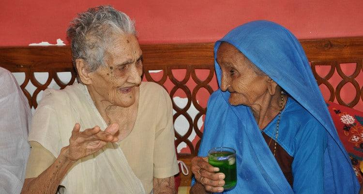 Alte Frauen im Gespräch