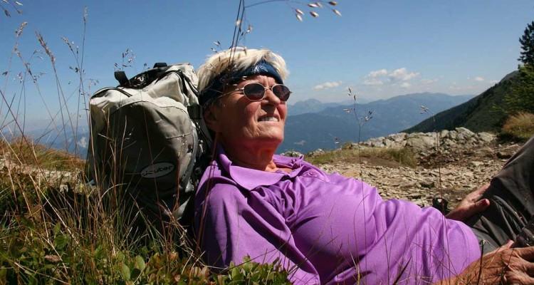 entspannte Frau in den Bergen