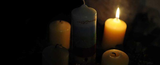 Julkranz mit einer brennenden Kerze