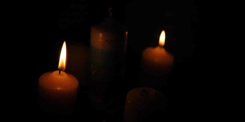 Julkranz mit zwei brennenden Kerzen