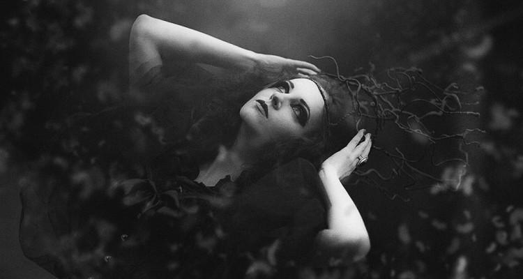 Frau im Mondschimmer