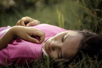 Entspannte Frau im Gras