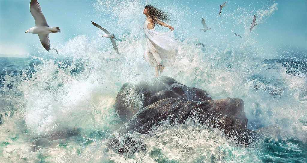 Frau an der Brandung des Meeres