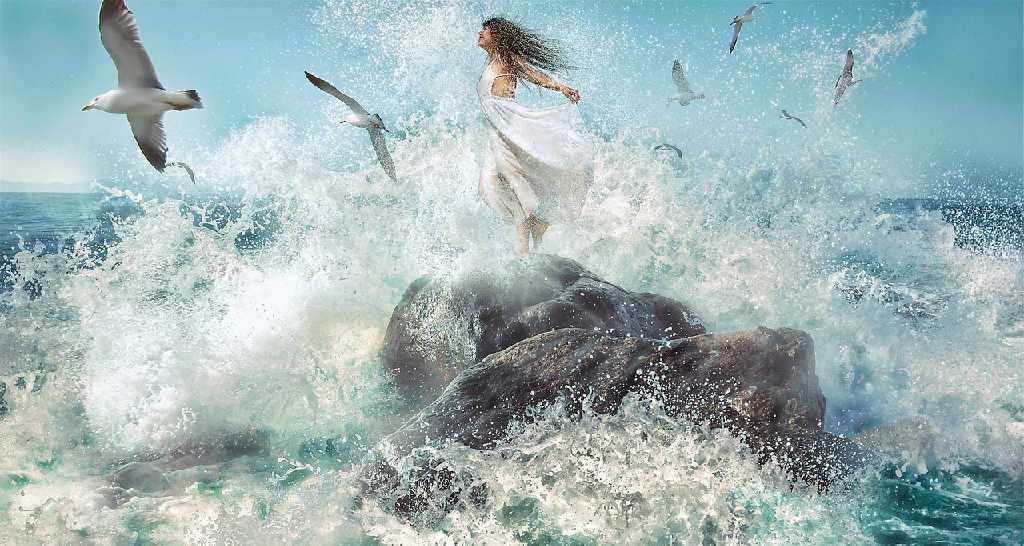 Die Frau in der Brandung des Meeres