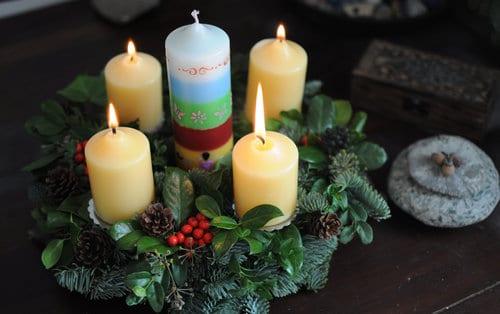 Julkranz mit vier Kerzen