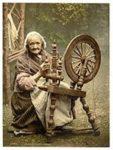 Alte Frau am Spinnrad