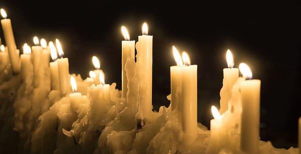 Kerzen in der Dunkelheit der Rauhnacht