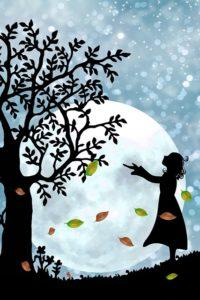 Silhouette: Mädchen im Herbst bei Vollmond